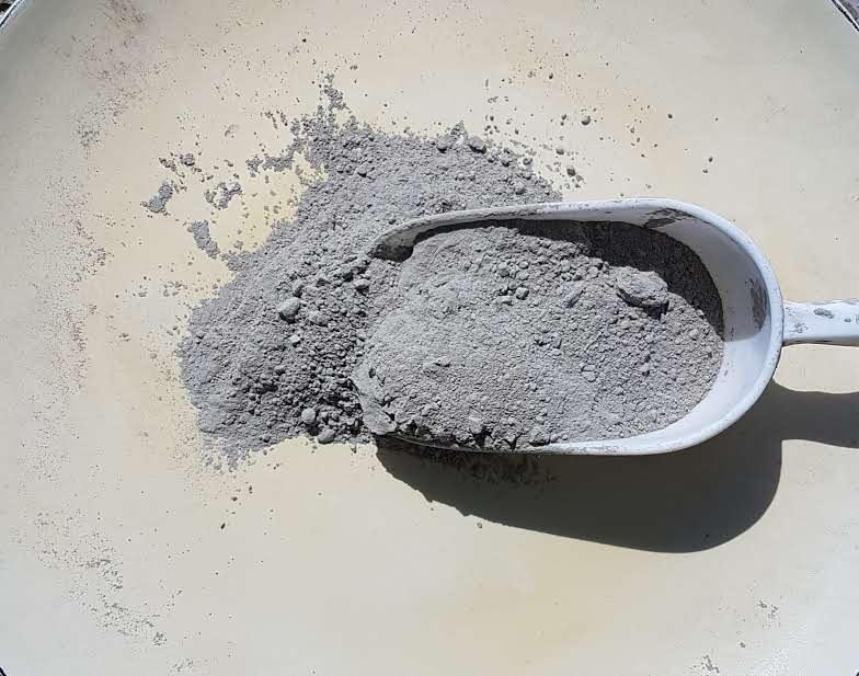 Une Pelletée de Ciment Brut