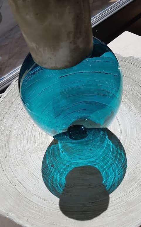 Vase Verre et Béton Bleu et son Reflet